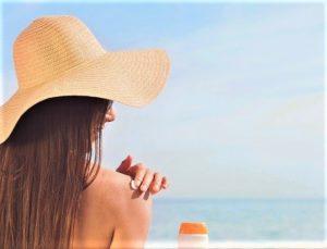 donna con cappello al mare